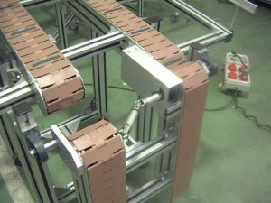 Slat chain conveyor with folding systems