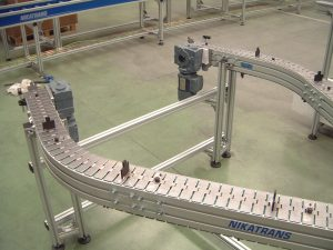 Slat chain conveyor with cleats
