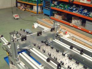 Slat chain conveyor with tooling and pokayoke